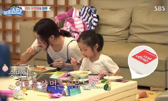 李英爱和孩子在爬行垫上吃饭