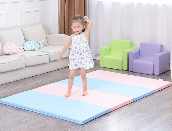 爬行垫效果图,小朋友玩耍。